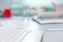 Kontorslivbegrepp - datorexponeringsglas av vatten och brevpapper royaltyfri fotografi