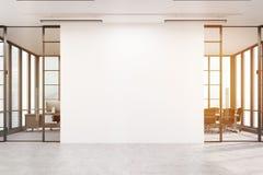 Kontorslobby med en stor vit vägg och två mötesrum, signal royaltyfri bild