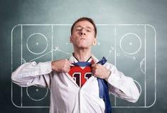 Kontorsmannen öppnar en vit skjorta och visar hockeysportformen På intrigen för bakgrundsteckningscoachning av leken arkivfoton