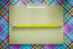 Kontorsmappblyertspenna på kontrollerad bakgrund Arkivbild