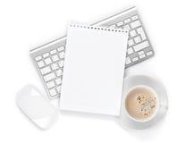 Kontorsnotepad över datortangentbordet, mus och kaffekoppen Fotografering för Bildbyråer