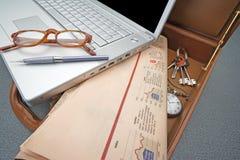 Kontorspåse med bärbara datorn och tidningen arkivbild