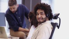 Kontorsplats i call center stock video