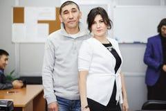 Kontorsromans, maktpar som avverkar förälskat på arbete Familjeföretag Förhållanden som tillsammans arbetar Royaltyfri Fotografi
