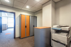Kontorsrum med den Xerox maskinen arkivbilder