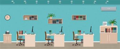 Kontorsruminre inklusive tre workspaces med cityscape utanför fönster Arbetsplatsorganisation vektor illustrationer