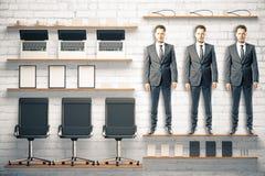 Kontorssatsen bearbetar begrepp med arbetare och kontorstillbehör på Royaltyfri Foto