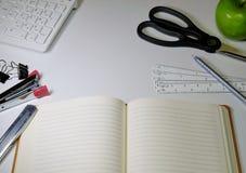 Kontorsskrivbord & brevpapper Royaltyfri Foto