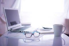 Kontorsskrivbord i det drömma temat Arkivfoto