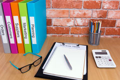 Kontorsskrivbord med affärsmappen Royaltyfri Bild