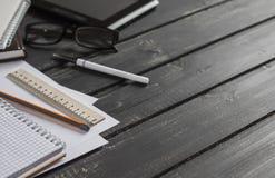 Kontorsskrivbord med affärsobjekt - öppen anteckningsbok, minnestavladator, exponeringsglas, linjal, blyertspenna, penna för bild Royaltyfri Bild