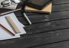 Kontorsskrivbord med affärsobjekt - öppen anteckningsbok, minnestavladator, exponeringsglas, linjal, blyertspenna, penna Fritt av Royaltyfria Foton