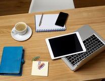 Kontorsskrivbord med bärbara apparater Royaltyfria Foton