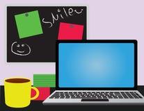 Kontorsskrivbord med bärbara datorn Fotografering för Bildbyråer