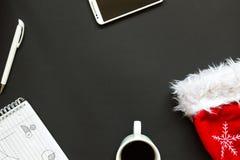 Kontorsskrivbord med bästa sikt för julgarnering Fotografering för Bildbyråer