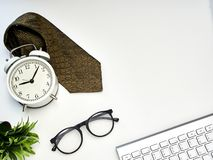 Kontorsskrivbord med b?rbar datorkontoret arkivfoton