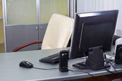 Kontorsskrivbord med datoren Royaltyfria Bilder