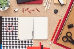 Kontorsskrivbord med den öppna anteckningsboken Top beskådar Royaltyfri Bild