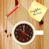 Kontorsskrivbord med en kopp kaffe Royaltyfria Foton