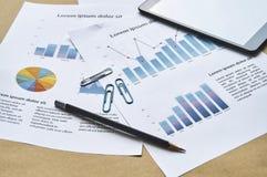 Kontorsskrivbord med falsk skrivbordsarbete av försäljningsrapporten, graf, statistik arbetsplats äganderätt för home tangent för royaltyfri fotografi