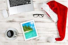 Kontorsskrivbord med kaffe och julgarnering Affär Holid arkivfoto