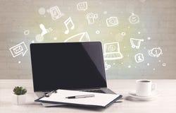 Kontorsskrivbord med kommunikationssymboler Arkivbild