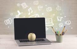 Kontorsskrivbord med kommunikationssymboler Royaltyfri Foto