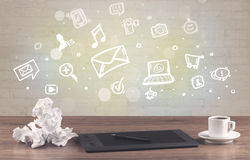 Kontorsskrivbord med kommunikationssymboler Arkivbilder