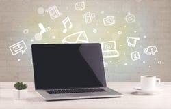 Kontorsskrivbord med kommunikationssymboler Royaltyfri Fotografi