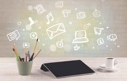 Kontorsskrivbord med kommunikationssymboler Fotografering för Bildbyråer