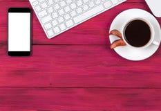Kontorsskrivbord med kopieringsutrymme Digital apparater trådlöst tangentbord, mussmartphone med den tomma skärmen på den rosa tr royaltyfri foto
