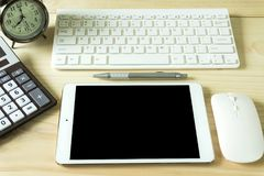 Kontorsskrivbord med kopieringsutrymme Digital apparater trådlöst tangentbord och mus på kontorstabellen med notepaden och koppen arkivfoto