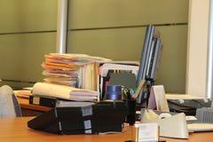 Kontorsskrivbord med mappar och datoren Royaltyfri Fotografi