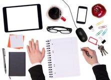 Kontorsskrivbord med olika objekt Arkivbilder