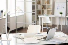 Kontorsskrivbord med två datorer arkivbild