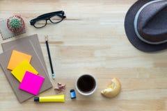 Kontorsskrivbord som arbetar på en trätabell arkivbild