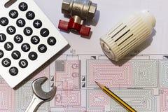 Kontorsskrivbordet med hydrauliska monteringar, hjälmen och strålningsgolvet planlägger royaltyfria foton