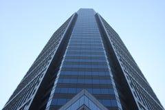 Kontorsskyskrapabyggnad som stiger till himlen Royaltyfri Foto