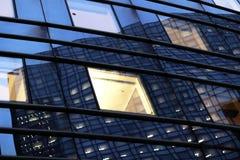 Kontorsskyskrapafönster på natten i Paris affärsområde arkivfoto