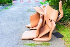 Kontorsstol piskar den smutsiga högen för brun gammal skada på golvvägen royaltyfri fotografi