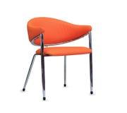 Kontorsstolen från orange läder isolerat Arkivbild