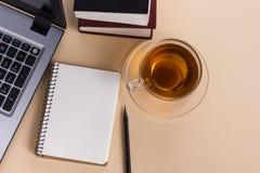 Kontorstabell för bästa sikt med notepaden, dator och Arkivfoto