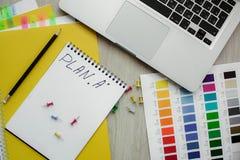 Kontorstabell med anteckningsboken, bärbar dator, blyertspenna Färgskott Royaltyfri Fotografi