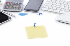 Kontorstabell med anteckningsboken, datortangentbordet och musen, minnestavla Arkivfoto