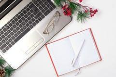 Kontorstabell med datoren vita röda stjärnor för abstrakt för bakgrundsjul mörk för garnering modell för design royaltyfria bilder