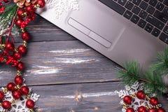 Kontorstabell med datoren vita röda stjärnor för abstrakt för bakgrundsjul mörk för garnering modell för design royaltyfri foto