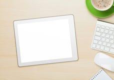 Kontorstabell med den minnestavla-, notepad-, dator- och kaffekoppen Arkivfoton