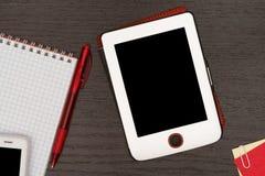 Kontorstabell med minnestavlan, anteckningsboken, pennan och telefonen Arkivbilder