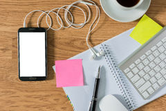 Kontorstabell med notepaden, dator, kaffekopp, datormus Royaltyfria Foton