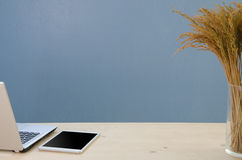 Kontorstabell med notepaden, datoren och det torra trädet Sikt från abov royaltyfri foto